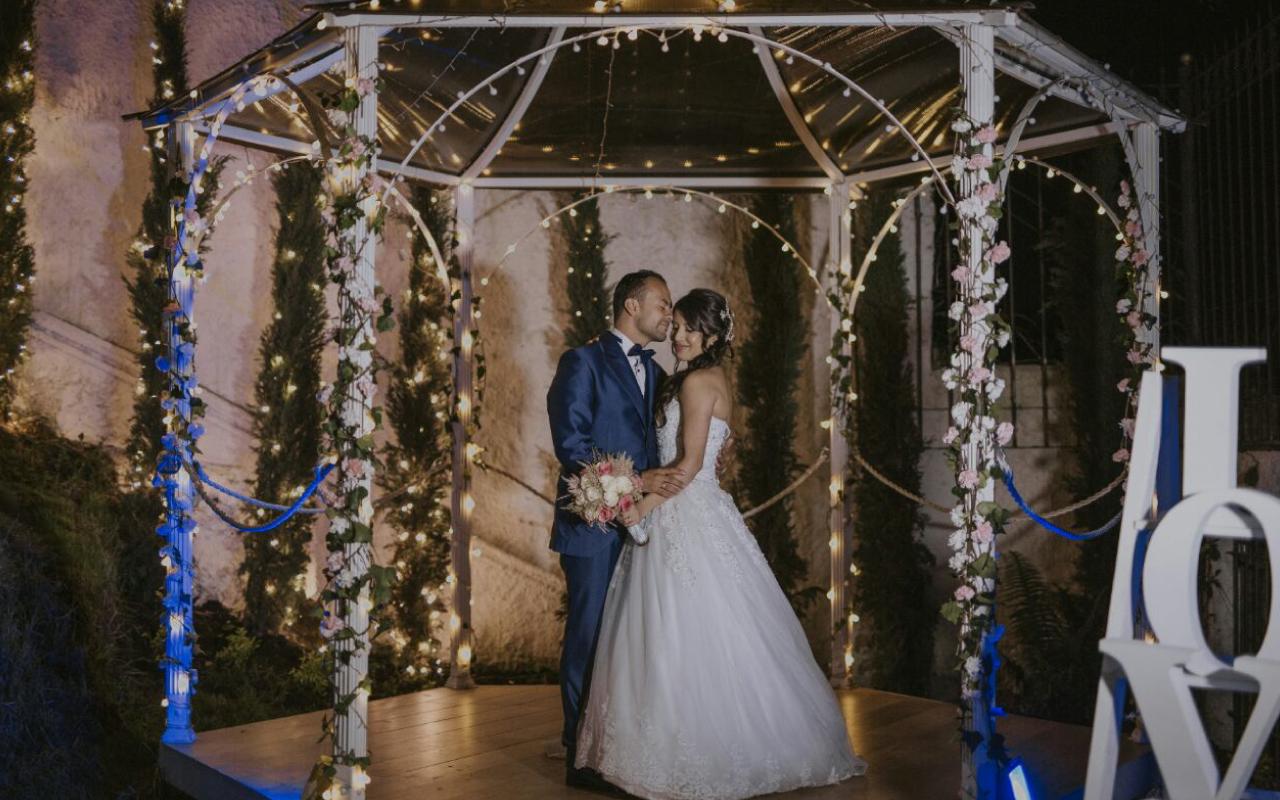 Con una pasión para la boda y la organización de eventos que muestra su compromiso con la felicidad y la satisfacción de sus clientes y sus invitados en cada ocación individual.